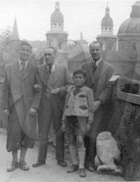 Helmut Paul und Ali Möslinger mit Paten Nach der Firmung hinter Salzburger Dom