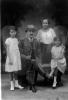 """Mihaly Just """"Bácsy"""" mit seinen 3 Nichten Ilonka, Lilly und Licii, 1917"""